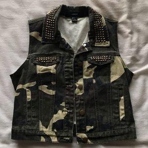 Studded camo vest 💚